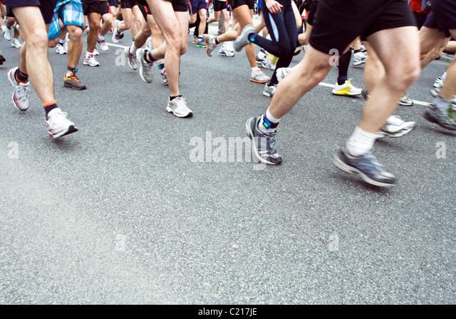 Läufer im City-Marathon laufen, Bewegungsunschärfe auf Beinen Stockbild