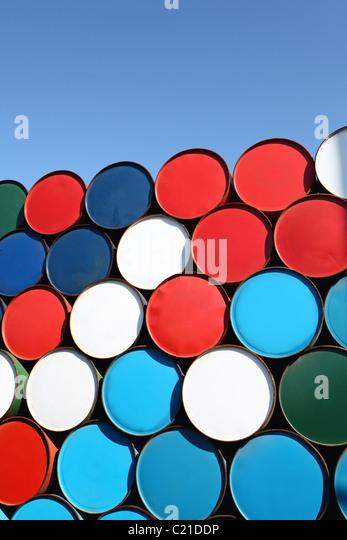 Ölfässer für Fracht gestapelt Stockbild