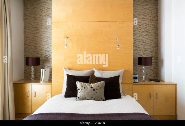 Offen gestaltete Ferienwohnung in London mit strukturellen Betonpfeiler mit zeitgenössischen Stücken eingerichtet Stockbild