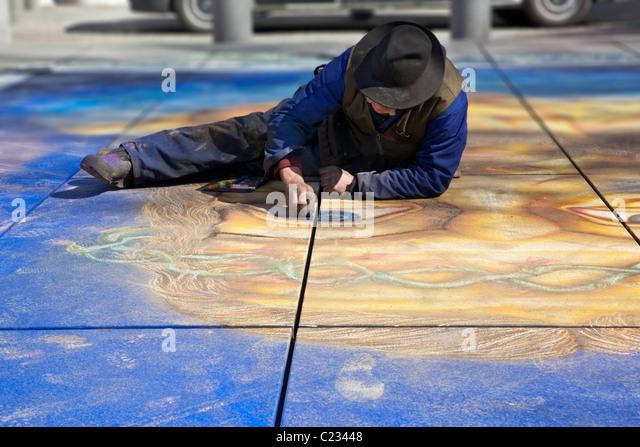 Eine Straße Künstler Paris Frankreich arbeitet auf einer Collage / Malerei / Zeichnung in einem Park. Stockbild