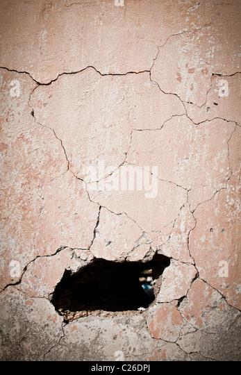 Loch in alte rissige Wand Stockbild