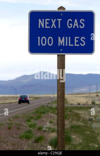 Nächsten Gas 100 Meilen Straßenschild an der Grenze zu Oregon/Nevada in McDermitt, USA. Stockbild