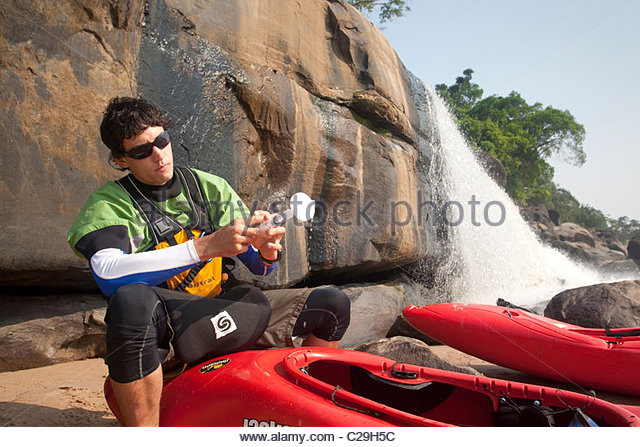 Ein Kajakfahrer bereitet eine Wasserprobe aus dem Kongo-Fluss. Stockbild