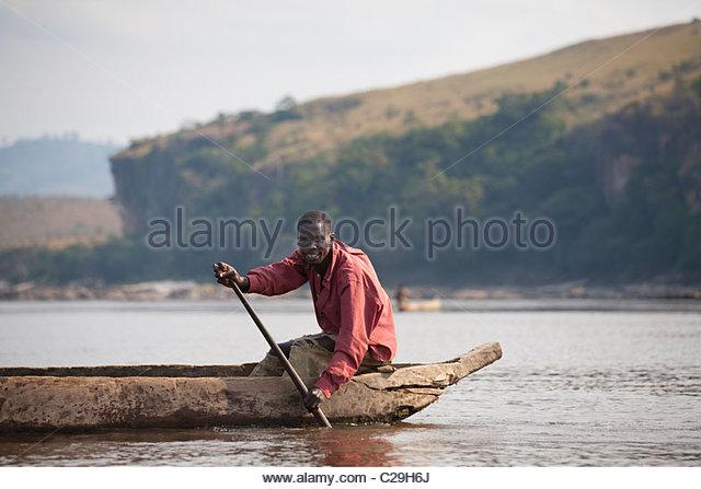 Ein Fischer in seinem Einbaum auf dem Kongo-Fluss bei Bulu. Stockbild