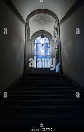 Treppenhaus im Vorfeld verglaste Fenster, Lampe hängend Gewölbedecke Stockbild