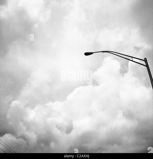 Straßenlaterne gegen stürmischen Himmel Stockbild