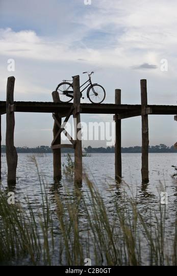 Amarapura, Myanmar, Fahrrad auf U Bein Brücke geparkt Stockbild