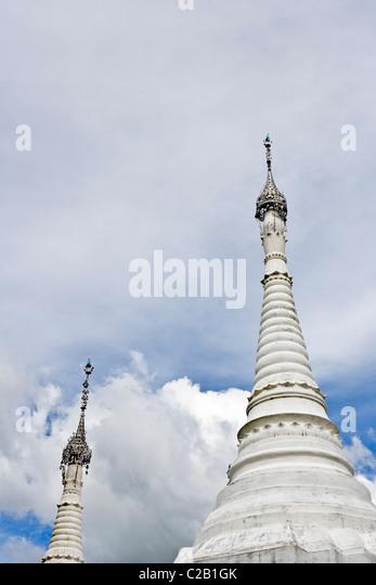 Inle-See, Myanmar, weißen Stupas, niedrigen Winkel Ansicht Stockbild
