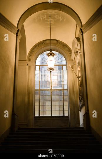 Treppenhaus führt zu verglaste Fenster, Lampe hängend Gewölbedecke Stockbild