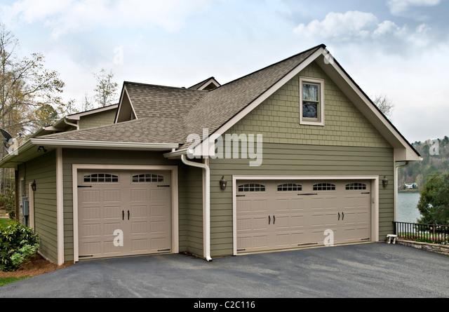Seite eines modernen Hause zeigen die drei Garagentore. Stockbild