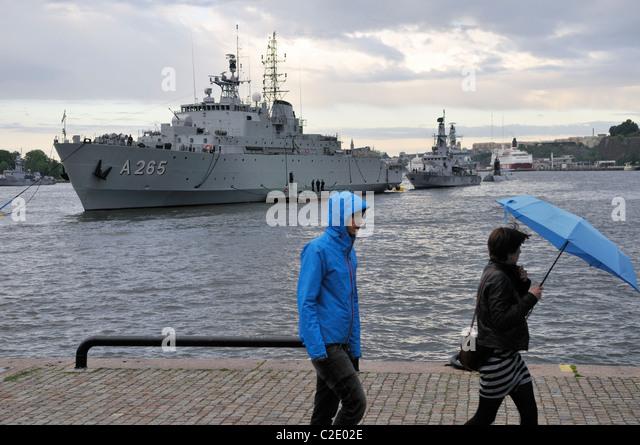 Schlachtschiffe der schwedischen Marine und Fußgänger an den Hafen von Stockholm, Stockholms Lan, Schweden Stockbild
