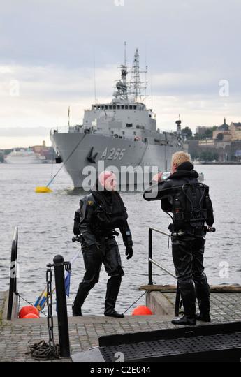 Taucher und Schlachtschiff der schwedischen Marine im Hafen von Stockholm, Stockholms Lan, Schweden Stockbild