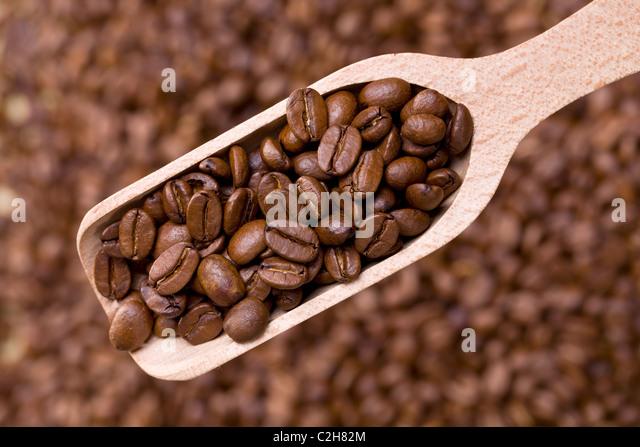 die Kaffeebohnen auf hölzerne Schaufel Stockbild