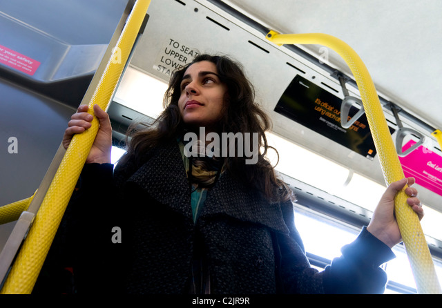 Niedrigen Winkel Blick der jungen Frau auf einem Londoner bus Stockbild