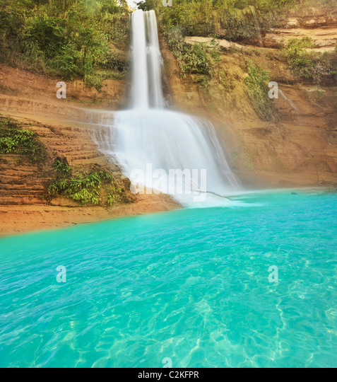 Schöner Wasserfall an sonnigen Sommertag. Philippinen Stockbild