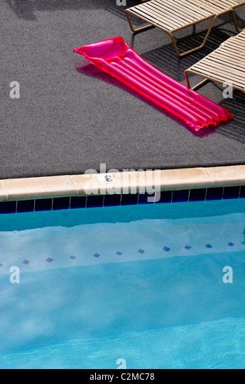 Schwimmbad und Schlauchboot Stockbild