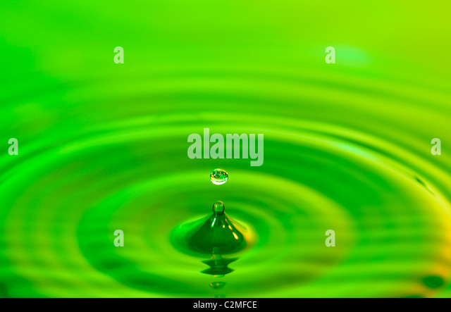 Grüne Flüssigkeitstropfens Stockbild