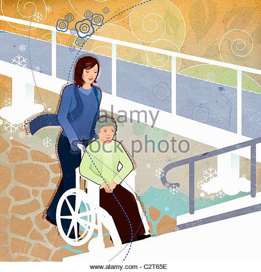 Frau Seniorin im Rollstuhl schieben Stockbild