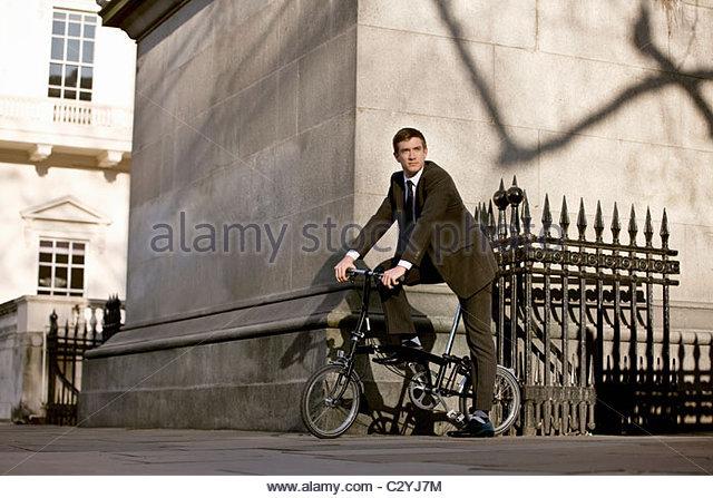 Ein Geschäftsmann pendeln zur Arbeit Stockbild