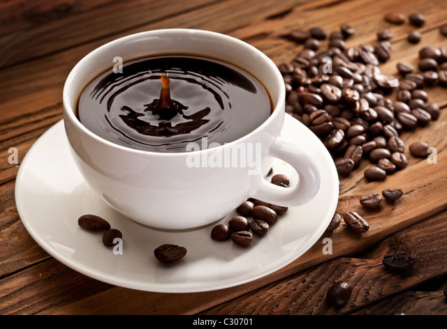 Fallen Sie, fallen in eine Tasse Kaffee. Auf einem hölzernen Hintergrund Stockbild