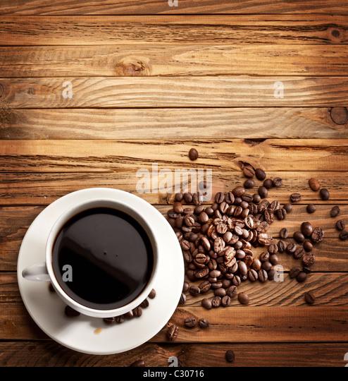 Tasse Kaffee. Blick von oben auf eine Holzoberfläche. Stockbild
