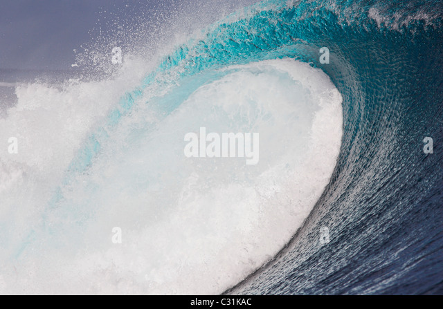 Eine leere Welle bricht am Tavarua, Fidschi Stockbild