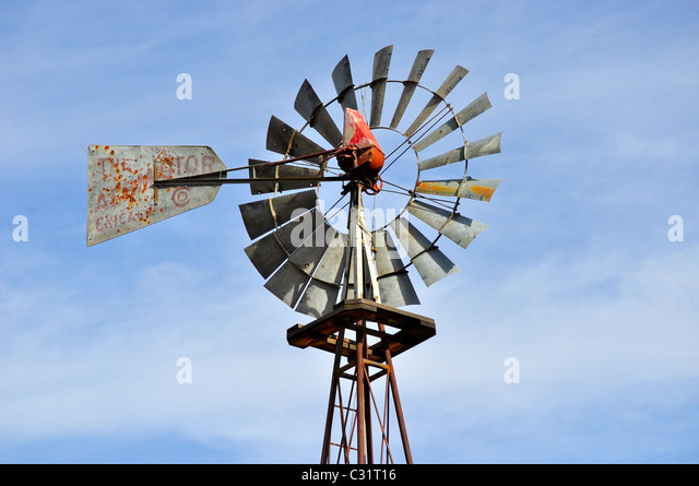 Windmühle auf Bauernhof in Colorado Stockbild