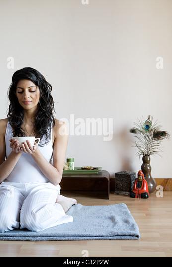 Frauen trinken Kräutertee Stockbild