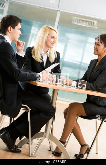 Bild der zeitgenössischen associates Diskussion über neues Projekt bei briefing Stockbild