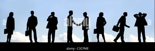 Umrisse der Business Partner Handshake mit mehreren Mitarbeitern in der Nähe von Stockbild