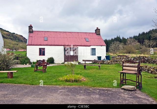 Haus am Eingang zum Auchindrain Township Freilichtmuseum in Argyll, Schottland Stockbild