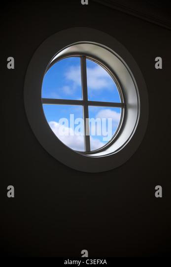 Fenster und blauer Himmel für Hintergrund Stockbild