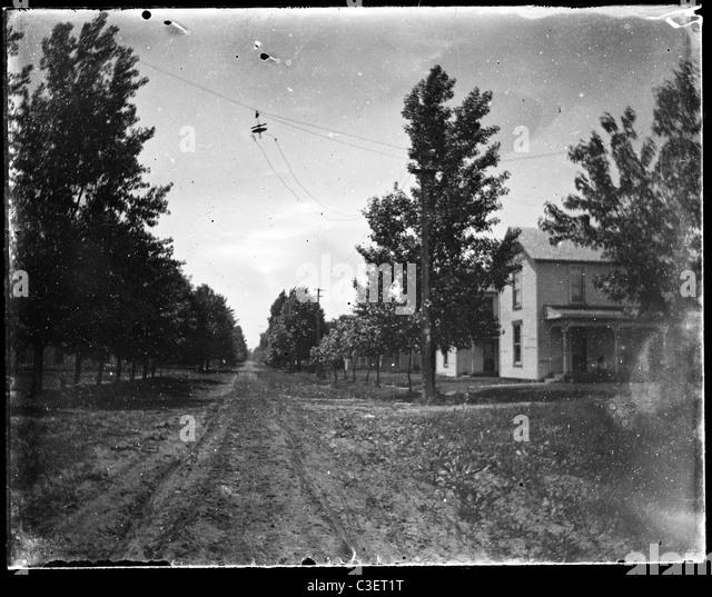 leere Straße mit Pferdegespann verfolgt Pre Automobil kleine Hauptort Avenue des 19. Jahrhunderts der 1890er Stockbild
