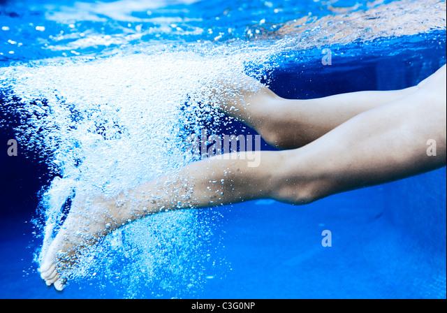 Frau, Schwimmen im Pool, Blick auf Beine unter Wasser Stockbild