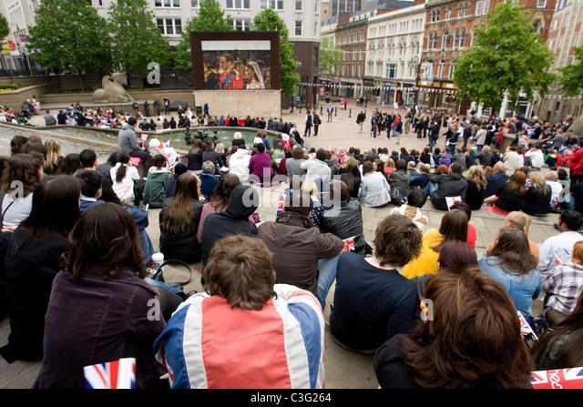 Die königliche Hochzeit Feier von Prinz William, Kate Middleton, beobachtet von Menschenmassen in Victoria Stockbild