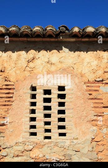 Ziegel-Fenster im Mauerwerk Wanddetail antiker Architektur Stockbild