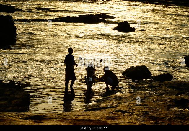 Demokratische Republik Kongo im Januar 2011.Washin Motorrad in Epulu Fluss Stockbild