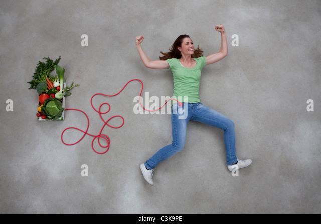 Mitte Erwachsene Frau und Gemüse Box verbunden mit Stromkabel Stockbild