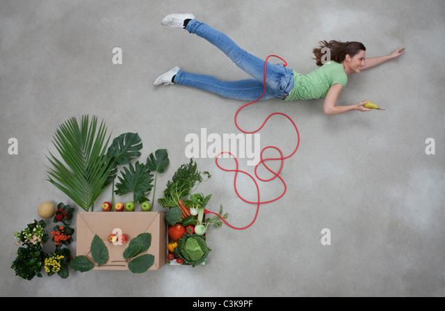 Mitte Erwachsene Frau und Objekte im Zusammenhang mit Stromkabel Stockbild