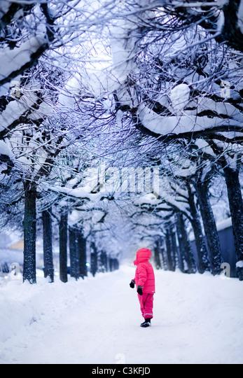 Kind im verschneiten park - Stock-Bilder