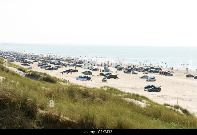Autos parken am Strand Stockbild
