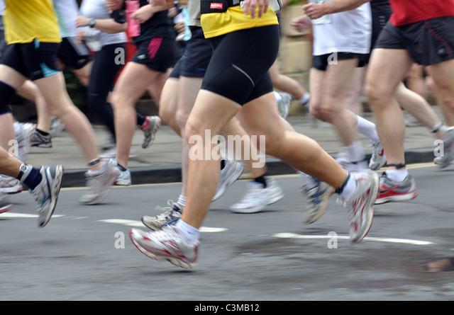 Beine der Läufer in der Shakespeare-Marathon und Halbmarathon Rennen Stockbild