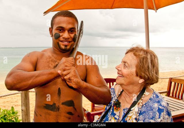Traditioneller Fidschi Krieger Gruß Gast ein fünf-Sterne, Likuliku Lagoon Resort Malolo Island, Mamanucas, Stockbild