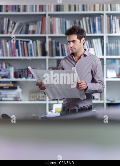 Konzentration auf Pläne Architekt Stockbild