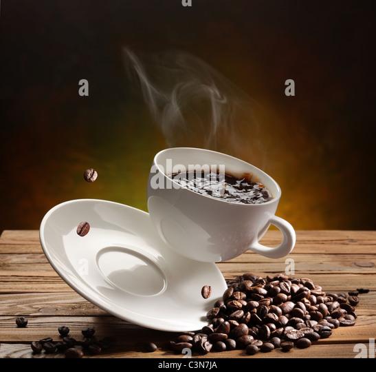 Fallende Kaffeetasse auf dem Tisch Stockbild