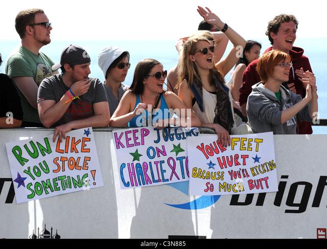 Brighton Marathon 2011 - Zuschauer feuern die Läufer Stockbild
