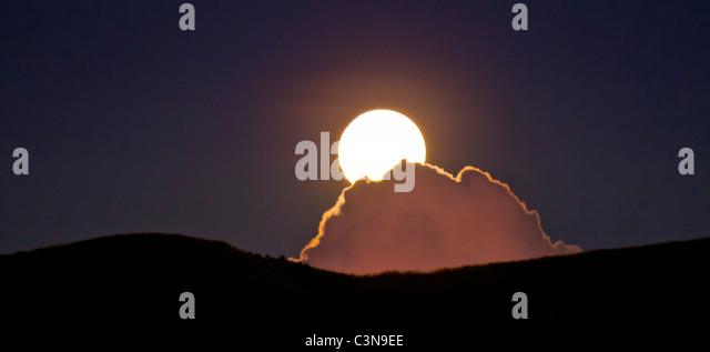 Full Moon rising über mystische Wolken, Yawasa Inseln, Fidschi Stockbild