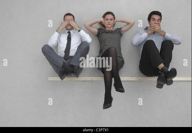 Drei Geschäftsleute sehen, nichts Böses, nichts Böses hören und sprechen keine bösen, erhöhte Stockbild