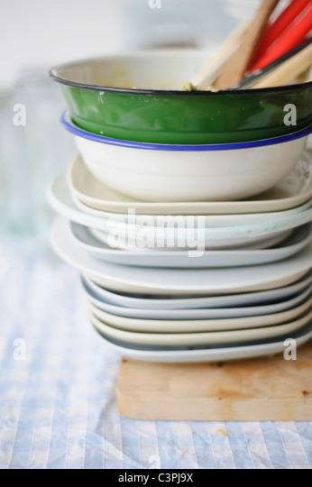 Stapel von schmutzigem Geschirr auf Tischdecke Stockbild