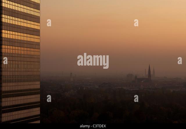 Blick auf die Stadt in der Dämmerung, München, Deutschland Stockbild